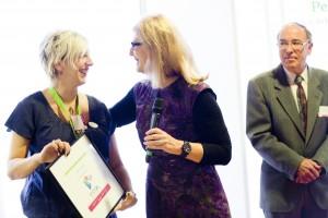 Une belle reconnaissance de l'action de Voy'elles ! Béatrice Barruel (au centre), conseillère déléguée à l'enseignement supérieur et à la recherche à la mairie d'Orléans, et Stéphanie Médeau-Talairach, Présidente de Voy'elles et dirigeante de Mellow design.