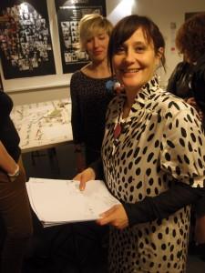 La secrétaire générale, Stéphanie Hublin-Besson ramasse les copies. En arrière-plan, la souriante présidente de Voy'elles, Stéphanie Médeau.