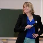 Virginie Avinain, membre de Voy'elles, en plein sketch sur l'entrepreneuriat au féminin